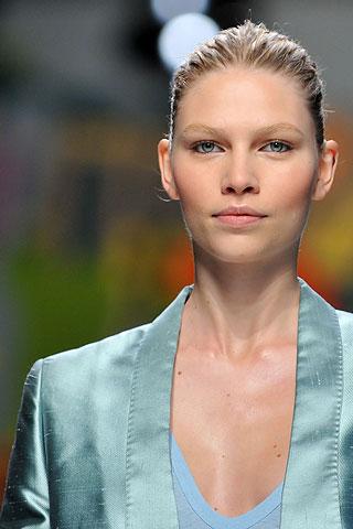 Aline Weber tem só 19 anos, mas já é um dos grandes nomes da moda no Brasil  e no mundo. A catarinense foi um dos maiores destaques do Fashion Rio e São  ... 5f8f6ea895